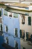 Barco no canal, Burano, Italia foto de stock royalty free