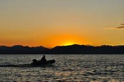 Barco no crepúsculo Fotos de Stock