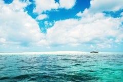 Barco no horizonte com o banco da areia em Zanzibar no dia ensolarado foto de stock royalty free