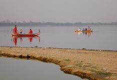 Barco no lago Amarapura na ponte de Ubein Imagens de Stock Royalty Free