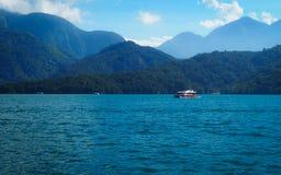 Barco no lago da lua do sol fotografia de stock royalty free