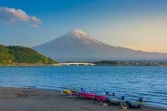 Barco no lago Kawaguchiko com Monte Fuji imagem de stock royalty free