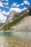 Barco no lago moraine nas Montanhas Rochosas Imagens de Stock Royalty Free