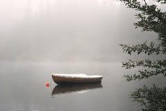 Barco no lago nevoento fotos de stock