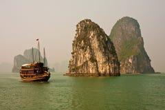 Barco no louro de Halong foto de stock