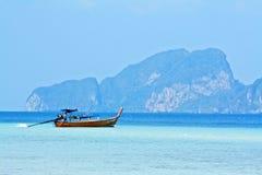 Barco no mar azul em Tailândia Fotos de Stock Royalty Free