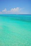 Barco no mar de turquesa imagem de stock royalty free