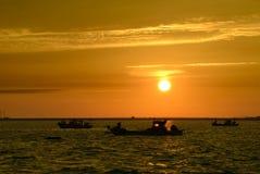Barco no mar durante o por do sol Imagem de Stock