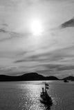 Barco no mar e no por do sol Imagens de Stock Royalty Free