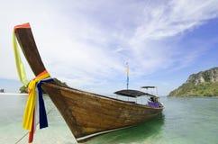 Barco no mar, Krabi, Tailândia Foto de Stock Royalty Free