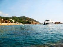 Barco no mar Mediterrâneo em Tossa de Mar, Costa Brava, Espanha Imagens de Stock