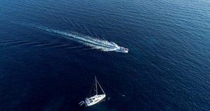 Barco no mar na vista aérea fotografia de stock