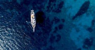 Barco no mar na vista aérea imagens de stock