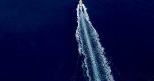 Barco no mar na vista aérea video estoque