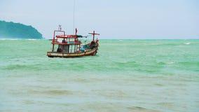 Barco no mar nas ondas filme