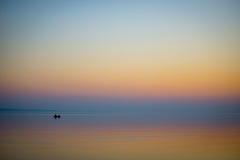 Barco no mar no por do sol Imagem de Stock Royalty Free