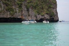 Barco no mar perto da costa rochosa Fotografia de Stock Royalty Free