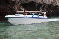 Barco no mar perto da costa rochosa Imagem de Stock
