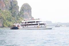 Barco no mar perto da costa rochosa Foto de Stock Royalty Free