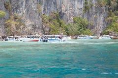 Barco no mar perto da costa rochosa Foto de Stock