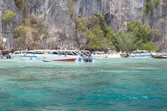 Barco no mar perto da costa rochosa Fotografia de Stock