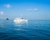 Barco no meio do oceano fotografia de stock royalty free