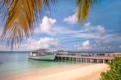 Barco no molhe perto da praia da ilha Foto de Stock