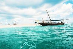 Barco no oceano perto do banco da areia em Zanzibar fotos de stock