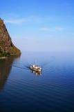 Barco no passo pequeno do mar do lago Baikal Imagem de Stock