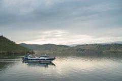 Barco no passo pequeno do mar do Lago Baikal fotografia de stock royalty free