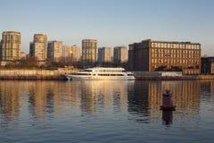 Barco no por do sol em um canal de rio fotos de stock