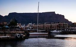 Barco no porto com montanha da tabela fotografia de stock royalty free