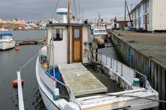 Barco no porto de pesca imagens de stock