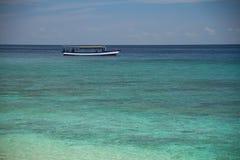 Barco no recife de turquesa dentro do mar Fotos de Stock Royalty Free