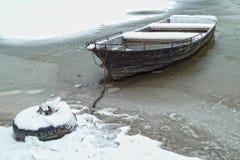Barco no rio congelado Imagens de Stock Royalty Free