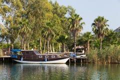 Barco no rio de Dalyan Foto de Stock