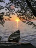 Barco no rio O por do sol Fotos de Stock