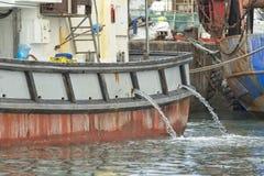 Barco o buque viejo de pesca amarrado en puerto imágenes de archivo libres de regalías