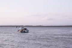 Barco o Pacífico do pescador de Puntarenas de Costa Rica fotografia de stock