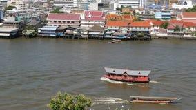 Barco oriental que flota en el r?o en la ciudad de Krungthep Buque moderno del transporte que flota en Chao Praya River tranquilo almacen de metraje de vídeo
