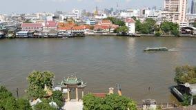 Barco oriental que flota en el r?o en la ciudad de Krungthep Buque moderno del transporte que flota en Chao Praya River tranquilo almacen de video