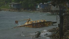 Barco oxidado abandonado, orilla de Moresby almacen de video