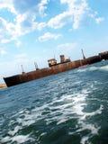 Barco oxidado en el mar Foto de archivo