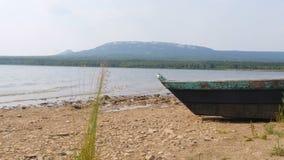 Barco oxidado en orilla almacen de metraje de vídeo