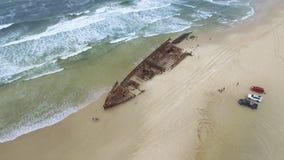 Barco oxidado na costa com ondas video estoque