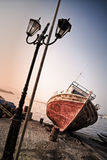 Barco oxidado velho em Koroni, Grécia Fotos de Stock
