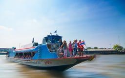 Barco público no rio de Chao Phraya Fotos de Stock