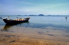 Barco pacífico en la playa de la isla del conejo Foto de archivo