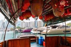 Barco para el transporte turístico a los restaurantes flotantes del puerto de Aberdeen Foto de archivo
