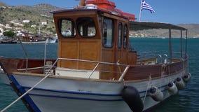 Barco para los pescadores del agua en Grecia almacen de video